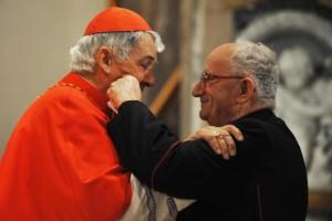 Affettuoso abbraccio tra il Card. Edoardo Menichelli e il vicario generale Mons. Roberto Peccetti.