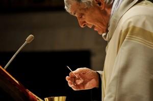 Il Cardinale Edoardo Menichelli, arcivescovo di Ancona-Osimo, mentre impartisce l'Eucarestia.