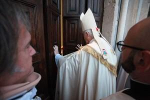 Il Cardinale Menichelli si accinge ad aprire la Porta Santa al Duomo di San Ciriaco