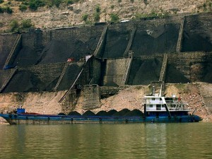 Trasporto di carbone su chiatta in Cina