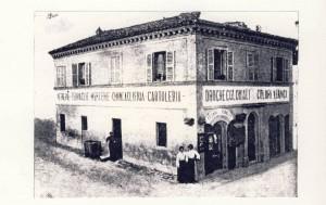 Il negozio-emporio di Cesare Ridolfi all'incrocio delle vie Cavour e Mentana. Siamo tra fine '800 e inizio '900. (foto collezione Giuseppe Riccetti)