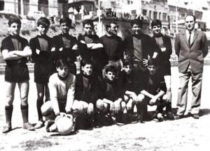 Emilio con Giuseppe Grilli (Grilletto) e gli eredi dell'Adriatica Major, campione d'Italia (foto SS Portorecanati)