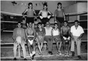 Luigi Rabuini tra i pugili dell'Accademia (foto portorecanatesi.it)