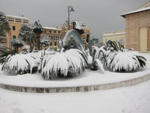 La scultura di Cecco Bonanotte innevata (foto Gian Franco Fazzì)