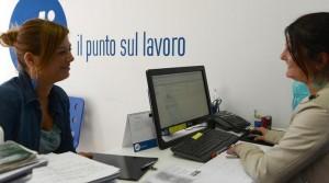 Una ragazza in un ufficio di collocamento (ANSA)