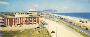 1-Anni '60, spiaggia libera di Scossicci, battuta dai venditori di bibite - foto collezione Giuseppe Riccetti