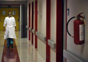 (ANSA) - ANCONA, 4 GIU - Sanità: Ospedali Riuniti di Ancona, corridoi e personale medico.
