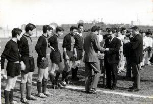 1964 - Il sindaco Pasquale Moroni (1960-1970) premia l'Adriatica campione d'Italia - foto Adriatica Calcio