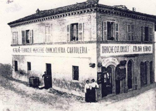 1-Il negozio-emporio di Cesare Ridolfi all'incrocio delle vie Cavour e Mentana. Siamo tra fine '800 e inizio '900. Foto collezionei Giuseppe Riccetti