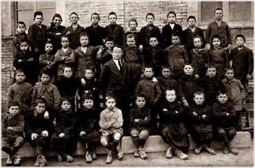 1919, classe del maestro Romagnoli - Antonio Fanesi è il quart'ultimo da dx tra i seduti - sito portorecanatesi.it