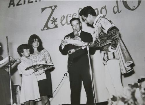 Prima metà anni '60 Augusto con il mago Zurlì alle selezioni lauretane per lo Zecchino d'oro. La ragazzina con il vassoio è la figlia Cristina.