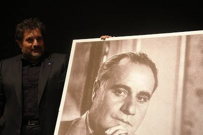 Il Presidente dell'Associazione Gigli, Pierluca Trucchia accanto a un ritratto fotografico di Gigli