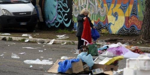09/02/2015 Roma. Piazza Pino Pascali a Tor Sapienza. Persone che rovistano tra i rifiuti del mercato