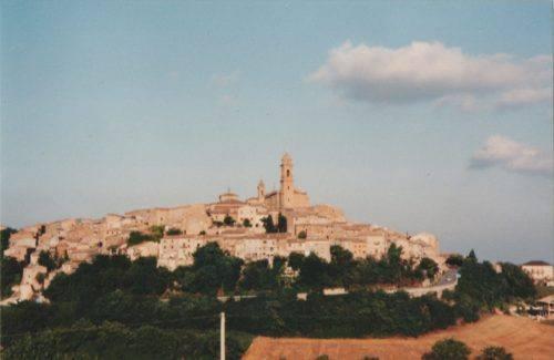 Morrovalle visto dal bivio della strada per il convento dei Passionisti (Foto Raimondo Giustozzi)