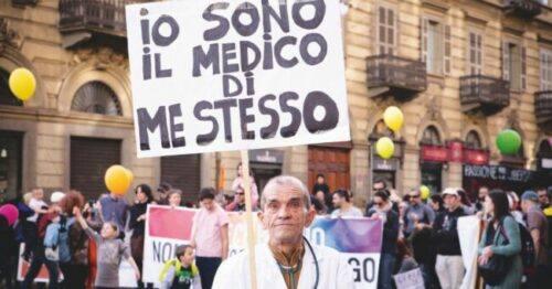 Foto LaPresse/Andrea Alfano  23/03/2019 Torino (Italia) Cronaca  No Vax Manifestazione Nella foto: Manifestazione No Vax. Photo LaPresse/Andrea Alfano March 23, 2019 Turin (Italy) News No Vax Demonstration In the picture: No Vax Demonstration