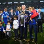 Claudio Ranieri con la sua famiglia e la coppa della Premier League. (Shaun Botterill/Getty Images)
