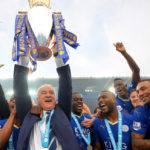 Claudio Ranieri con la coppa e i giocatori del Leicester. (Michael Regan/Getty Images)